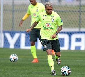Daniel Alves Treino Brasil (Foto: Mario Farache / Mowa Press)