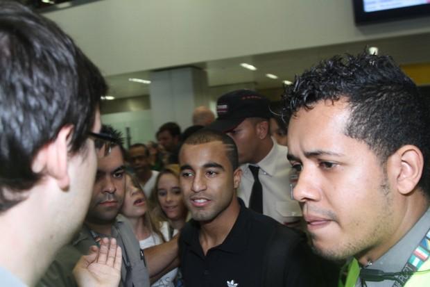 Lucas desembarca no Brasil (Foto: Thiago Duran/AgNews)