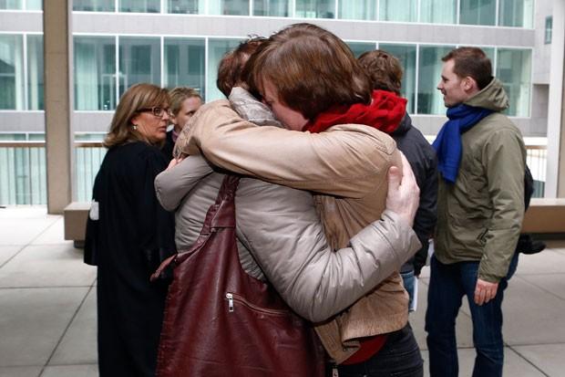 Parentes das vítimas comemoram condenação (Foto: Bruno Fahy/AFP)