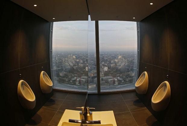 A partir do banheiro, usuário pode se maravilhar com marcos importantes da capital inglesa (Foto: Luke MacGregor/Reuters)
