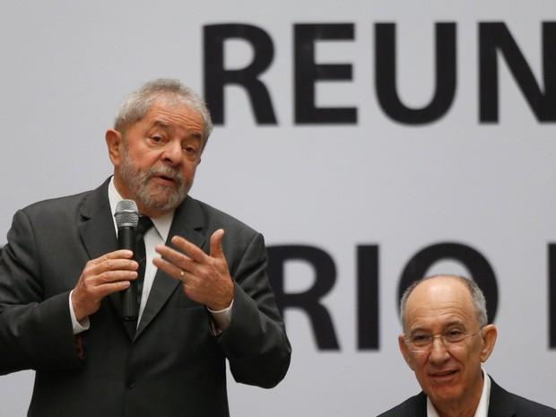 O ex-presidente Luiz Inácio Lula da Silva e o presidente nacional do PT, Rui Falcão, 'participam da reunião do Diretório Nacional do Partido dos Trabalhadores, no Centro de Convenções Brasil 21, em Brasília (Foto: Dida Sampaio/Estadão Conteúdo)