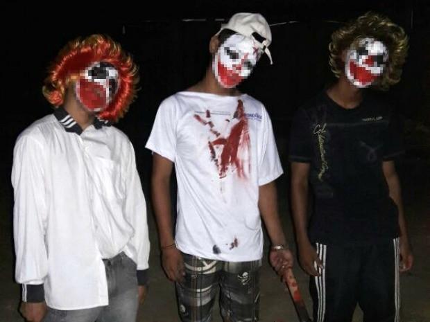 Fotos de colegas fantasiados foram encontrados no celular de um dos adolescentes apreendidos (Foto: Divulgação/Polícia Militar)