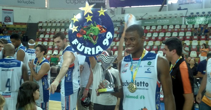 Gui Deodato, do Bauru Basquete, com troféu dos Jogos Abertos (Foto: Sérgio Pais)