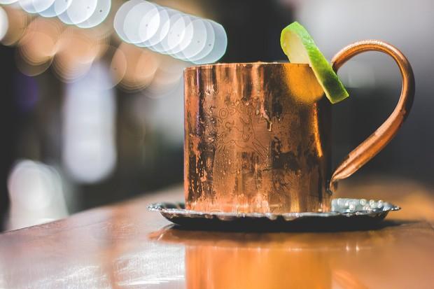 O famoso Moscow Mule é servido em uma caneca de bronze em grande parte dos bares (Foto: divulgação)