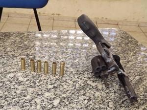 Suspeito foi detudo com revólver calibre 38 (Foto: Marcelino Neto)