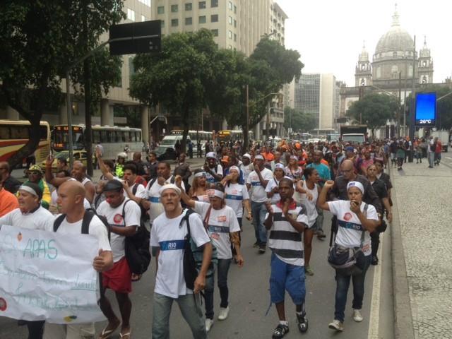 Garis fecham pista da Presidente Vargas, no Centro do Rio (Foto: Janaína Carvalho/G1)