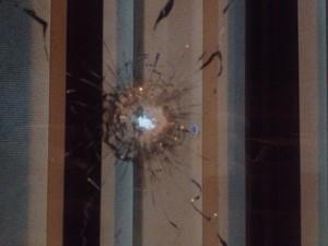 Residência de policial foi alvejada com nove tiros no final da noite desta quinta (2) (Foto: João Salgado/RBS TV)