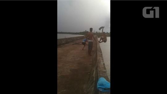 Rapaz morre após ser empurrado de ponte durante brincadeira; VÍDEO