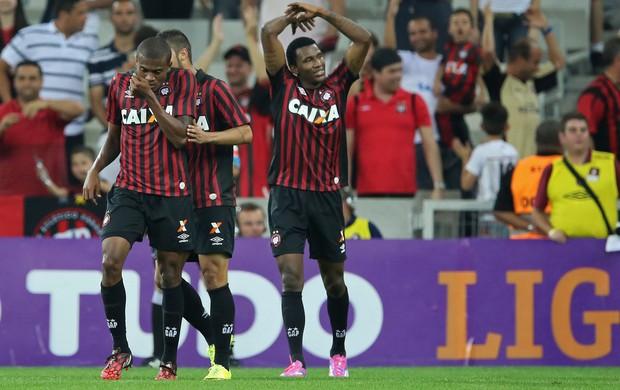 Jogadores do Atlético-PR comemoram gol (Foto: Getty)