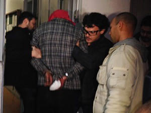 Suspeito de ter colocado fogo na casa de Patrícia Moreira chega à delegacia (Foto: Paula Menezes/G1)