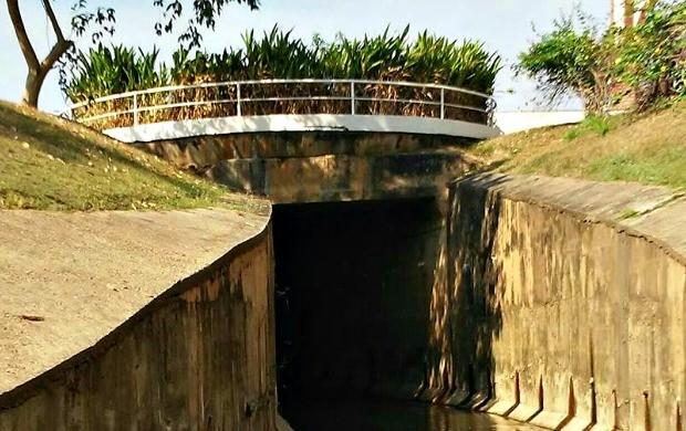 Ayres Rocha registra início do Canal da Maternidade, em Rio Branco. Ângulo da foto lembra túnel de acesso para carros (Foto: Ayres Rocha/Arquivo Pessoal)