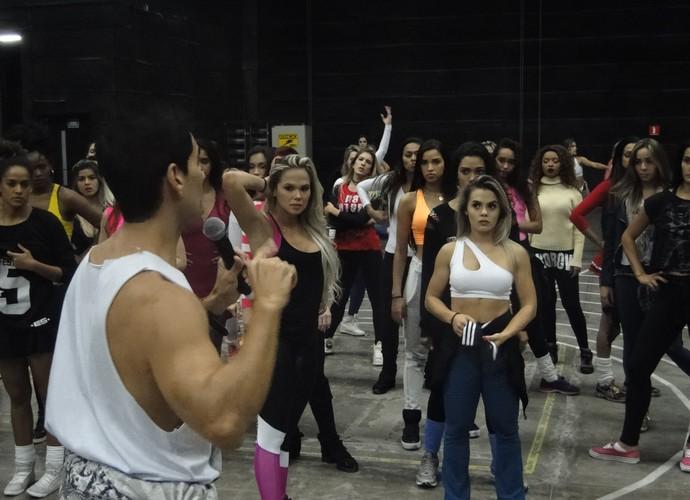 As meninas recebem orientação do coreógrafo Sylvio Lemgruber (Foto: Vitor Moreno/Gshow)