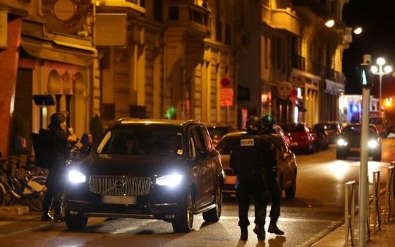 Policiais inspecionam veículos em Nice após atentado (Foto: Valery Hache/ AFP)