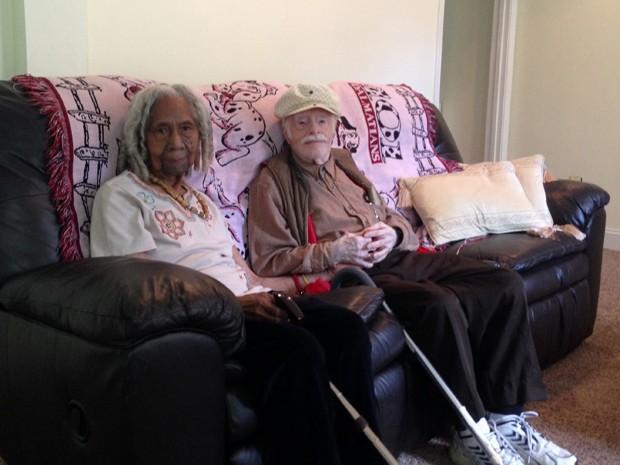 Edith Hill, de 96 anos, e seu marido Eddie Harrison, de 95, posam juntos em sua casa para foto de 5 de agosto (Foto: AP Photo/Matthew Barakat, File)