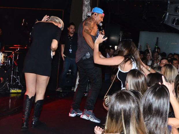Naldo convida outras fãs para subir ao palco (Foto: Ag.News)