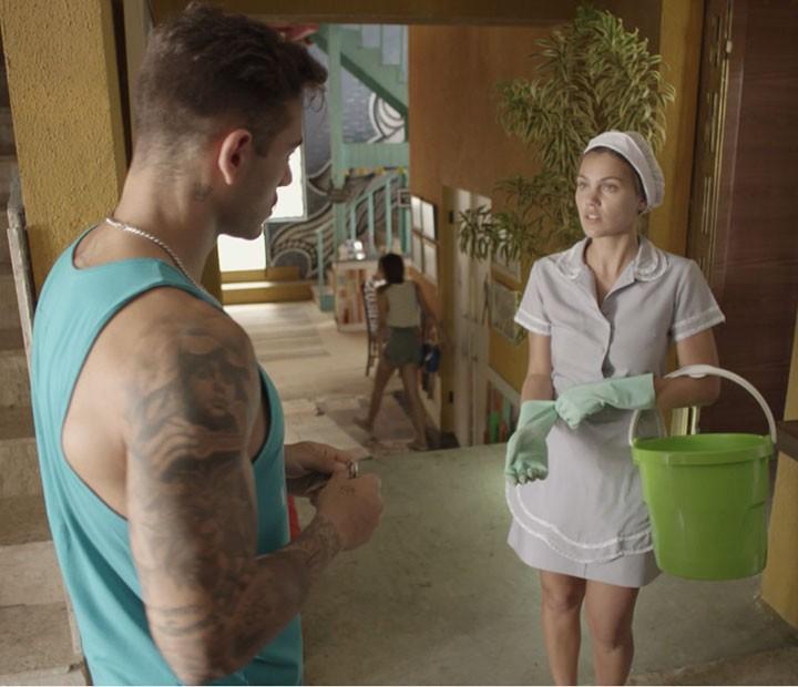 Uodson e Alina trocam farpas durante o trabalho no hostel (Foto: TV Globo)