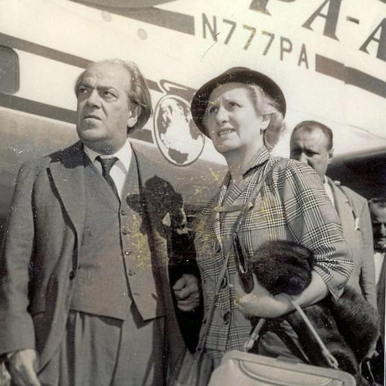 Villa-Lobos como Arminda,no aeroporto do Galeão,em 1959.Arminda tentou deletar Lucília da trajetória do maestro (Foto: Arquivo DP/D.A Press)