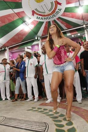 Renata Santos na quadra da Mangueira, na Zona Norte do Rio (Foto: Thiago Mattos/ Divulgação Mangueira)