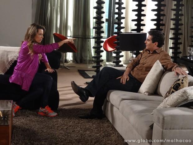 Na pressão! Berna manda Abelardo revelar a identidade do amante amoroso. (Foto: Malhação/TV Globo)