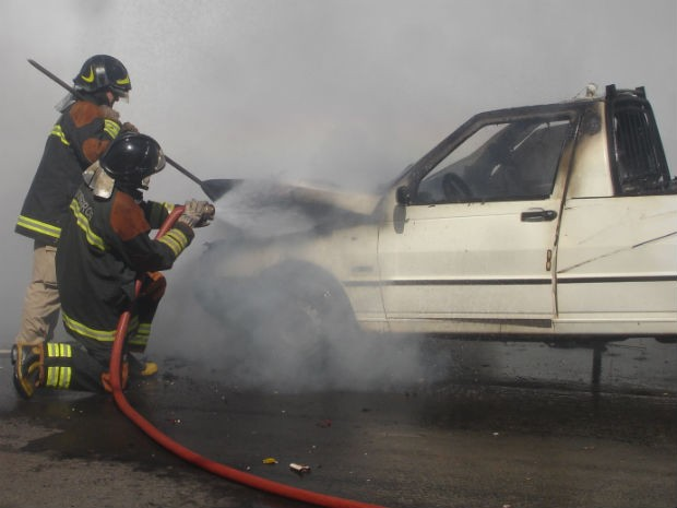 G1 - Internauta fotografa <b>carro pegando fogo</b> após sair de <b>posto</b> de <b>...</b> 2014
