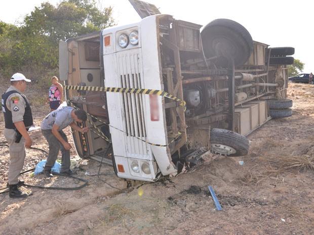 Acidente com ônibus em João Pessoa (Foto: Walter Paparazzo/G1)