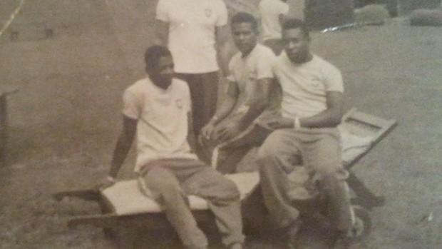 Fidéli (no centro) ao lado de Pelé em seus tempos de Seleção Brasileira (Foto: Reprodução/ Arquivo pessoal)