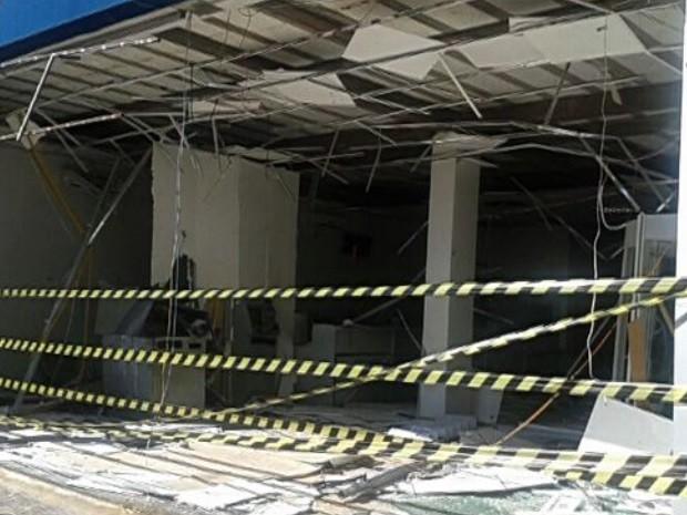 Criminosos explodem dois caixas eletrônicos em Bom Jesus de Goiás (Foto: Reprodução/TV Anhanguera)