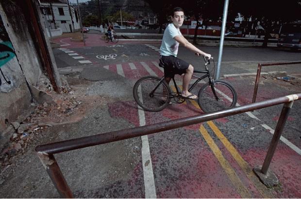 """FIM DA LINHA O estudante Lucas Rosolini, na ciclovia de Santos, São Paulo. """"Ela termina  em pontos em que  é muito perigoso disputar espaço com carros e ônibus"""", diz  (Foto: Rogério Cassimiro/ÉPOCA)"""
