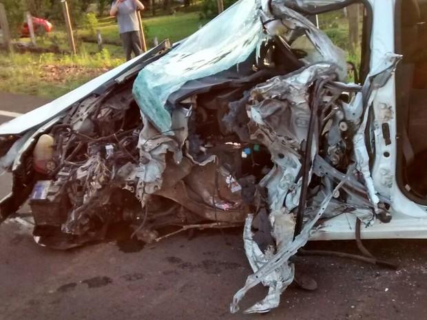 Frente do carro ficou completamente destruída (Foto: Cassio Mello/ Portal TiviNet)