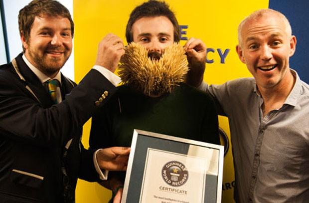 Irlandês Ed Cahill bateu recorde ao colocar 3.107 palitos na barba. (Foto: Reprodução/Guinness)