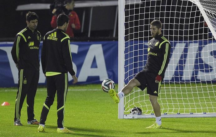 Diego Costa, Busquets e Sergio Ramos Espanha treino (Foto: AFP)