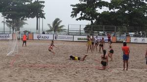Jogos de Beach Hand são realizados durante a manhã na praia de Pajuçara (Foto: Nívio Dorta/GloboEsporte.com)