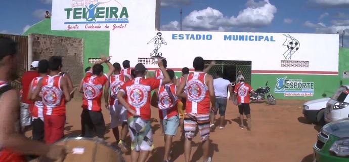 Torcida do Inter de Teixeira chega ao estádio para acompanhar partida contra o Sabugy (Foto: Reprodução / TV Paraíba)