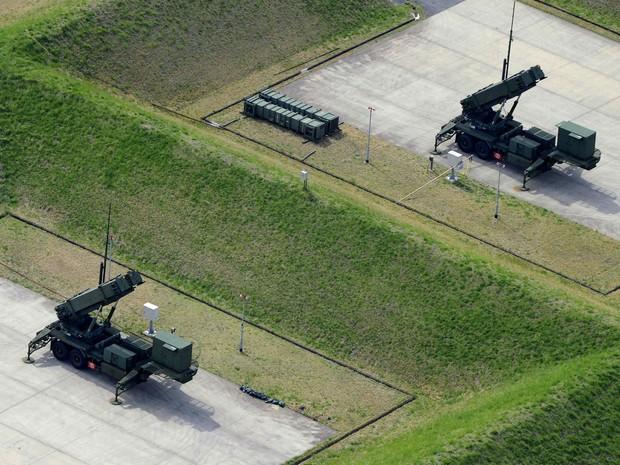 Imagem aérea mostra as unidades Patriot Advanced Capability-3 (PAC-3), o sistema de interceptação de mísseis do Japão, instalados frente a ameaças da Coreia do Norte. (Foto: Kyodo/Reuters)
