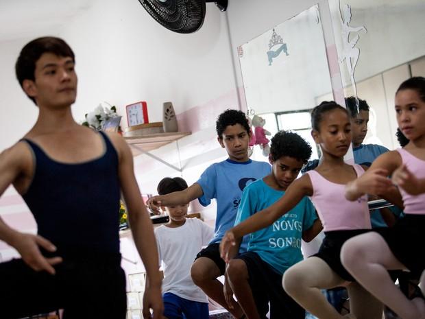 Crianças participam de aula com o primeiro bailarino da São Paulo Companhia de Dança, Yoshi Suzuki (Foto: Fábio Tito/G1)