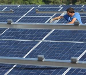Trabalhador instala painel solar na Alemanha (Foto: Sean Gallup/Getty Images)