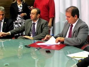 Governador Tião Viana assina decreto  (Foto: Rayssa Natani/G1)