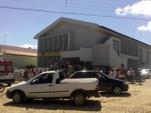 Assalto causou tumulto na porta de agência de Curimatá (Foto: Vitória Régia)