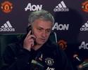 Em momento descontraído, Mourinho atende telefone de repórter na coletiva
