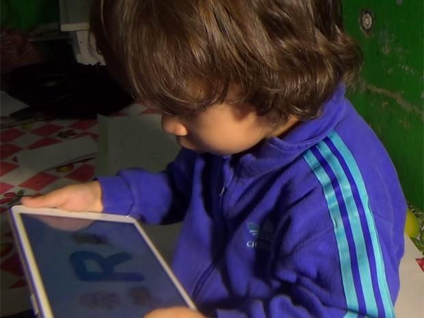Arthur se diverte com aplicativo (Foto: Paulo Toledo Piza/G1)