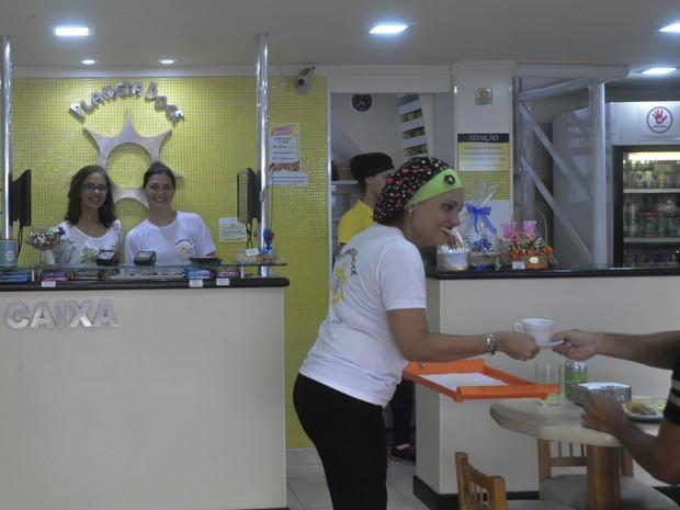 Inêz Consuelo, no caixa,  com gerente em sua loja no Boqueirão (Foto: Arquivo Pessoal)