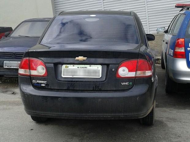 Carro apreendido com suspeito de roubos, mortes e adulteração de chassi (Foto: Divulgação/ Polícia Militar)
