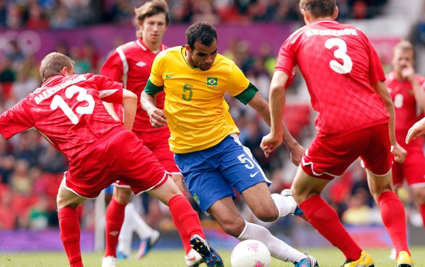 sandro brasil Aleksievich e kuzmenov bielorrússia futebol londres 2012 (Foto: Agência Reuters)