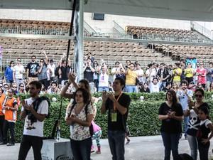 Público de Sarah Messias, no Kidzapalooza, acompanha o show do lado de fora. Apenas adultos acompanhados de crianças têm permissão para entrar na tenda (Foto: Raul Zito/G1)