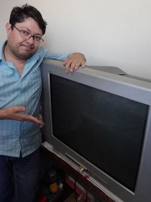 O analista de sistemas Wagner Borba mantém a TV de tubo no quarto porque não recebe a que comprou há cinco meses. (Foto: Arquivo Pessoal)