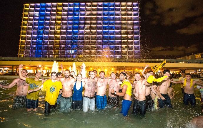 torcida comemoração tel aviv (Foto: AFP)