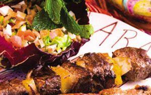 Espetinho de mignon com salada árabe