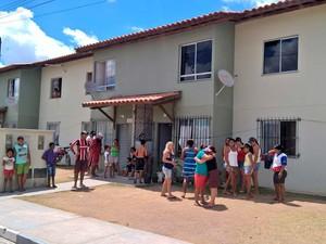 Familiares e vizinhos de Gabrielly próximo à casa da avó dela quando a menina desapareceu (Foto: Ed Santos/ Acorda Cidade)