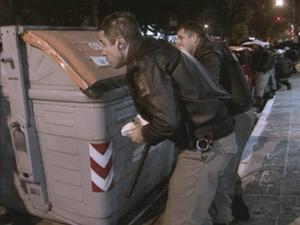 Policiais militares se escondem atrás de contêiner (Foto: Reprodução/RBS TV)