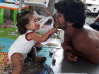 Hugo Moura brinca de pintura com Maria Flor: 'Nasci para viver isso'
